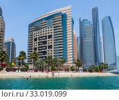 Abu Dhabi, UAE - April 1. 2019. Khalidiya Palace Rayhaan by Rotana and Etihad Towers. Редакционное фото, фотограф Володина Ольга / Фотобанк Лори