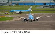 Купить «TUI Fly Boeing 737 taxiing after landing», видеоролик № 33019859, снято 29 июля 2017 г. (c) Игорь Жоров / Фотобанк Лори