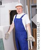 Купить «Confused male contractor», фото № 33020627, снято 28 мая 2018 г. (c) Яков Филимонов / Фотобанк Лори