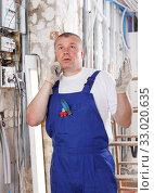 Купить «Confused male contractor», фото № 33020635, снято 28 мая 2018 г. (c) Яков Филимонов / Фотобанк Лори