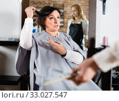 Angry woman telling to hairdresser that she does not like her hairstyle. Стоковое фото, фотограф Яков Филимонов / Фотобанк Лори