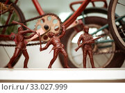 Old Soviet children's toys three red soldiers with weapons (2017 год). Редакционное фото, фотограф katalinks / Фотобанк Лори