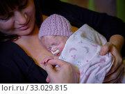 Купить «Mother with baby, mother-kangaroo method, Skin-to-skin contact, Neonatal pediatrics, Medical care, Neonate Intensive care Unit, UVI, ICU, Hospital Donostia...», фото № 33029815, снято 26 ноября 2019 г. (c) age Fotostock / Фотобанк Лори