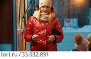 Young blonde woman with her children drinking hot drinks. Стоковое видео, видеограф Константин Шишкин / Фотобанк Лори
