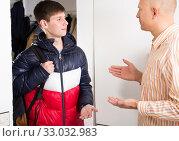 Guy saying goodbye his father. Стоковое фото, фотограф Яков Филимонов / Фотобанк Лори