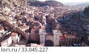Aerial view of medieval Spanish town of Daroca with gate Puerta Baja on main city street (2019 год). Стоковое видео, видеограф Яков Филимонов / Фотобанк Лори