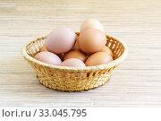 Несколько свежих яиц в плетеной корзинке. Стоковое фото, фотограф Наталья Гармашева / Фотобанк Лори