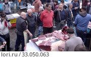 Tourist make photo of fish seller cut tuna with knife cleaver. Market in Catania (2019 год). Редакционное видео, видеограф Ирина Мойсеева / Фотобанк Лори