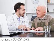 Купить «Old man visits doctor», фото № 33051075, снято 13 июля 2020 г. (c) Яков Филимонов / Фотобанк Лори