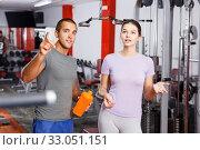 Trainer and woman having conversation at gym. Стоковое фото, фотограф Яков Филимонов / Фотобанк Лори