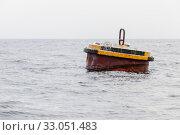 Rusty yellow mooring buoy with seagulls (2017 год). Стоковое фото, фотограф EugeneSergeev / Фотобанк Лори