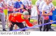 Russia, Samara, May 2019: athletes runners kick off on city physical education holidays. Text in Russian: race, Samara. Редакционное фото, фотограф Акиньшин Владимир / Фотобанк Лори