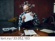 Купить «Maniac kidnapper prepares letter about his victim», фото № 33052183, снято 13 ноября 2019 г. (c) Tryapitsyn Sergiy / Фотобанк Лори