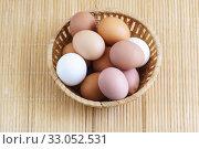 Несколько свежих яиц в плетеной корзинке. Вид сверху. Стоковое фото, фотограф Наталья Гармашева / Фотобанк Лори