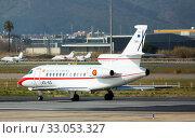Plane Falcon with Pedro Sanchez taxiing to runway on El Prat Airport (2020 год). Редакционное фото, фотограф Яков Филимонов / Фотобанк Лори
