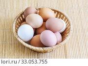Несколько свежих яиц в плетеной корзинке. Природная цветовая гамма. Стоковое фото, фотограф Наталья Гармашева / Фотобанк Лори