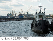 SAINT PETERSBURG, RUSSIA - september 12, 2019: tugboat anchored at Lieutenant Schmidt embankment on right of Neva river in view of baltic shipyard. Стоковое фото, фотограф Короленко Елена / Фотобанк Лори