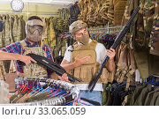 Купить «men in army uniform with gun in military market», фото № 33065059, снято 4 июля 2017 г. (c) Яков Филимонов / Фотобанк Лори