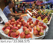 Купить «Fruit sellers at Kam Wa Street Wet Market, Hong Kong», фото № 33068575, снято 22 сентября 2019 г. (c) Александр Подшивалов / Фотобанк Лори
