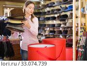 Saleswoman preparing hats in boxes for sale. Стоковое фото, фотограф Яков Филимонов / Фотобанк Лори
