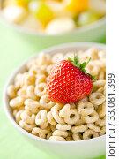 Купить «cereals rings and fruit», фото № 33081399, снято 1 апреля 2020 г. (c) PantherMedia / Фотобанк Лори