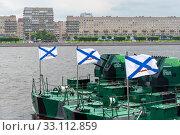 Купить «Ардреевские флаги  на бронекатерах - участников парада в День ВМФ. Санкт-Петербург», эксклюзивное фото № 33112859, снято 28 июля 2019 г. (c) Александр Щепин / Фотобанк Лори