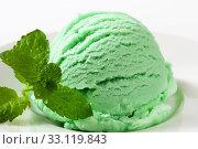 Scoop of green ice cream on plate. Стоковое фото, фотограф Alena Dvorakova / PantherMedia / Фотобанк Лори