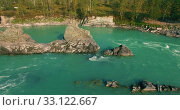 Купить «Low altitude flight over fresh fast mountain river with rocks at sunny summer morning.», видеоролик № 33122667, снято 28 марта 2019 г. (c) Александр Маркин / Фотобанк Лори