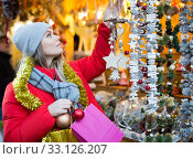 Woman shopping on Christmas market. Стоковое фото, фотограф Яков Филимонов / Фотобанк Лори