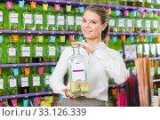 Купить «Salesgirl suggesting perfume on tap», фото № 33126339, снято 24 апреля 2018 г. (c) Яков Филимонов / Фотобанк Лори