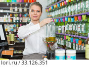 Купить «Salesgirl offering perfume on tap in modern cosmetic store», фото № 33126351, снято 24 апреля 2018 г. (c) Яков Филимонов / Фотобанк Лори