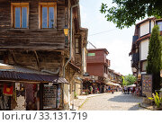 Tourists on street of Nessebar (2019 год). Редакционное фото, фотограф Юлия Бабкина / Фотобанк Лори
