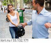 Bandit man is stole the handbag from young female outdoor. Стоковое фото, фотограф Яков Филимонов / Фотобанк Лори