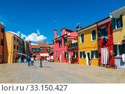 Bright colorful houses on Burano island on the edge of the Venetian lagoon. Venice, Italy (2017 год). Стоковое фото, фотограф Наталья Волкова / Фотобанк Лори