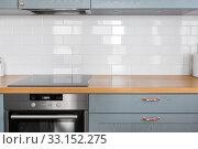 Купить «modern home kitchen interior with oven and hob», фото № 33152275, снято 15 октября 2019 г. (c) Syda Productions / Фотобанк Лори