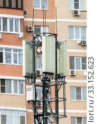 Купить «Антенны базовой станции сотовой связи во дворе многоэтажного жилого дома», фото № 33152623, снято 11 февраля 2020 г. (c) Игорь Тарасов / Фотобанк Лори