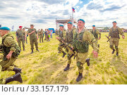 Купить «Russia, Samara, June 2019: young paratroopers at demonstrations in full combat gear.», фото № 33157179, снято 8 июня 2019 г. (c) Акиньшин Владимир / Фотобанк Лори