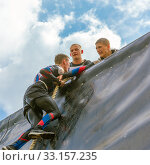 Купить «Russia, Samara, June 2019: a young sports man with the help of a rope overcomes the most difficult obstacles in the race of Everest heroes.», фото № 33157235, снято 8 июня 2019 г. (c) Акиньшин Владимир / Фотобанк Лори