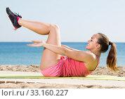 Купить «Smiling sportswoman training at sea beach», фото № 33160227, снято 20 февраля 2020 г. (c) Яков Филимонов / Фотобанк Лори