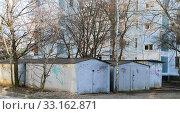 Купить «Металлические гаражи во дворе многоэтажного жилого дома. Краснодар.02.2020.», фото № 33162871, снято 13 февраля 2020 г. (c) Игорь Тарасов / Фотобанк Лори