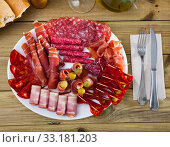 Assorted different types of spanish sausages. Стоковое фото, фотограф Яков Филимонов / Фотобанк Лори