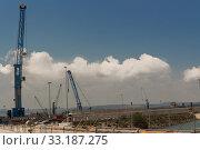 Купить «Silhouettes  cranes», фото № 33187275, снято 8 апреля 2020 г. (c) PantherMedia / Фотобанк Лори