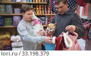 Купить «Father and son choose clothes for dogs in pet store», видеоролик № 33198379, снято 28 февраля 2020 г. (c) Яков Филимонов / Фотобанк Лори