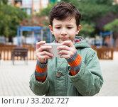 Купить «boy holding smartphone outdoors in autumn», фото № 33202727, снято 25 ноября 2018 г. (c) Татьяна Яцевич / Фотобанк Лори