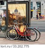 Купить «Два велосипеда у рекламного щита на Невском проспекте. Санкт-Петербург», эксклюзивное фото № 33202775, снято 8 июня 2019 г. (c) Александр Щепин / Фотобанк Лори