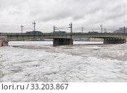 Купить «Три троллейбуса едут по Литейному мосту. Санкт-Петербург», эксклюзивное фото № 33203867, снято 13 февраля 2020 г. (c) Румянцева Наталия / Фотобанк Лори