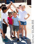 Купить «Energetic children play a game called trickle», фото № 33206555, снято 8 апреля 2020 г. (c) Яков Филимонов / Фотобанк Лори