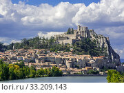 Citadel and the city Sisteron on the banks of the River Durance, Provence-Alpes-Cote d'Azur, Alpes-de-Haute-Provence, France. September 2018. Стоковое фото, фотограф Philippe Clement / Nature Picture Library / Фотобанк Лори