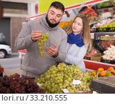 Young couple picks grapes at the grocery store. Стоковое фото, фотограф Яков Филимонов / Фотобанк Лори