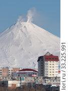 Winter town scape of Petropavlovsk-Kamchatsky City and active Avacha Volcano (2020 год). Редакционное фото, фотограф А. А. Пирагис / Фотобанк Лори